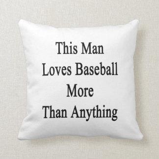 Este hombre ama béisbol más que cualquier cosa almohadas