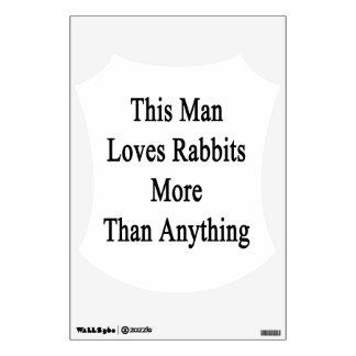 Este hombre ama conejos más que cualquier cosa