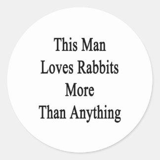 Este hombre ama conejos más que cualquier cosa pegatina redonda