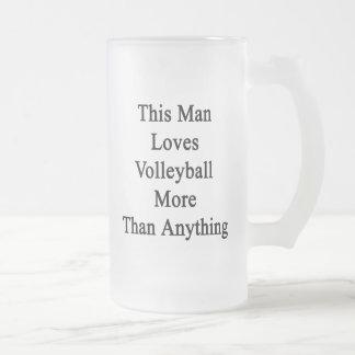 Este hombre ama voleibol más que cualquier cosa taza cristal mate