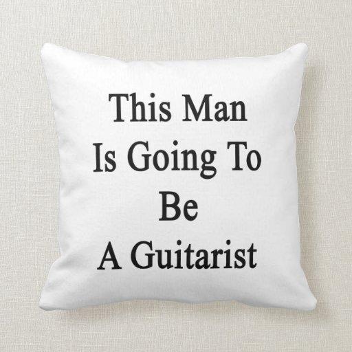 Este hombre va a ser un guitarrista almohada