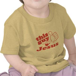 Este individuo ama a Jesús Camisetas