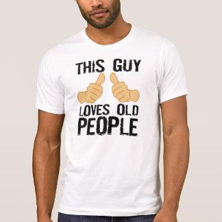 Este individuo ama a personas mayores camisetas