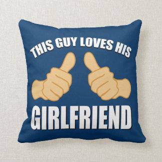Este individuo ama a su novia almohada