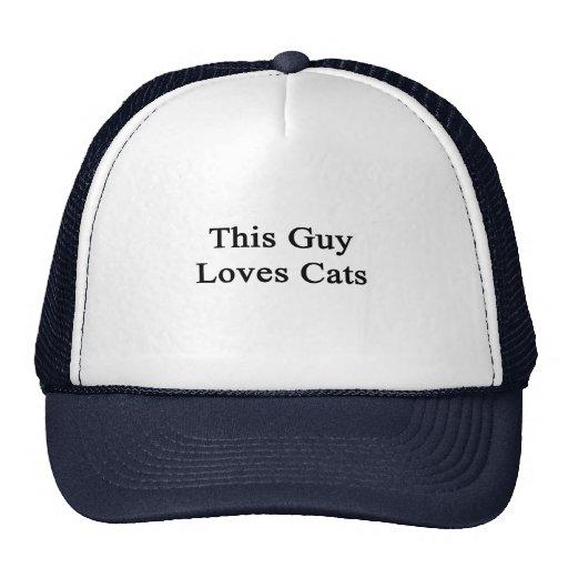 Este individuo ama gatos gorras