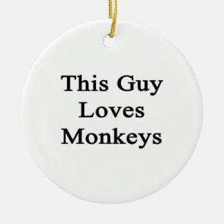 Este individuo ama monos adorno navideño redondo de cerámica