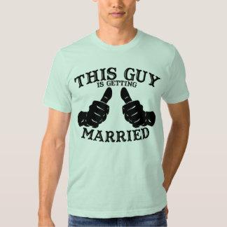 Este individuo está consiguiendo la camiseta remera