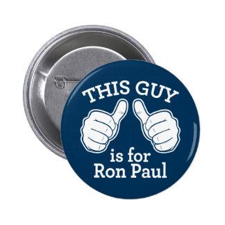 Este individuo está para el botón de Ron Paul Pins