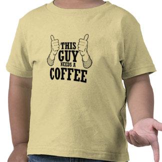 Este individuo necesita un café - humor del día de camisetas