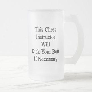 Este instructor del ajedrez golpeará su extremo taza de cristal