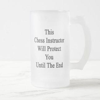 Este instructor del ajedrez le protegerá hasta la taza de cristal