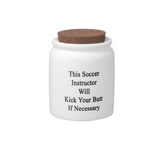 Este instructor del fútbol golpeará su extremo con jarras para caramelos