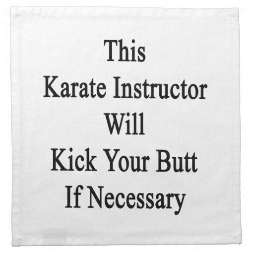 Este instructor del karate golpeará su extremo con servilleta