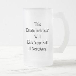 Este instructor del karate golpeará su extremo con taza cristal mate