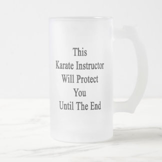 Este instructor del karate le protegerá hasta taza cristal mate
