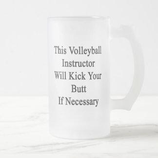 Este instructor del voleibol golpeará su extremo taza cristal mate