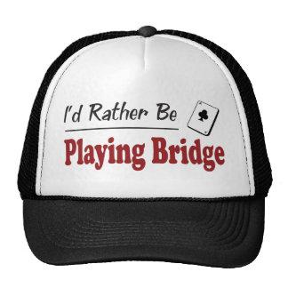 Esté jugando bastante el puente gorra