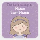 Este libro pertenece… un chica lindo del dibujo pegatina cuadrada