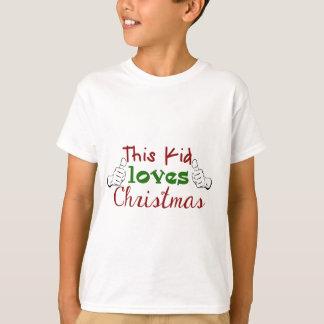 Este niño ama la camisa del navidad