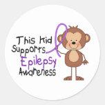 Este niño apoya conciencia de la epilepsia etiqueta