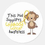 Este niño apoya conciencia del cáncer de la niñez etiqueta