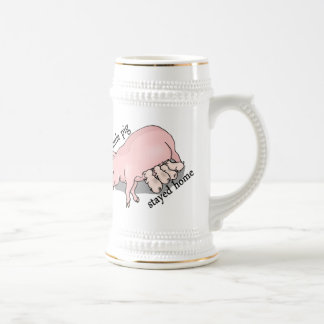 Este pequeño cerdo permanecía el hogar jarra de cerveza