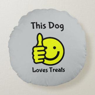 Este perro ama el amortiguador sonriente de la cojín redondo
