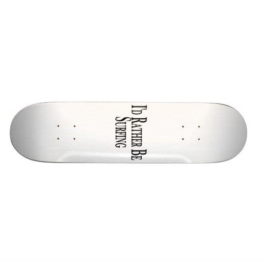 Esté practicando surf bastante skate boards