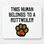 Este ser humano pertenece a un Rottweiler Tapetes De Ratones