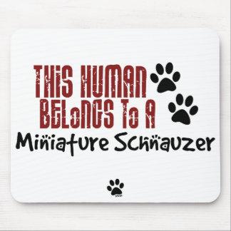 Este ser humano pertenece a un Schnauzer miniatura Tapete De Raton