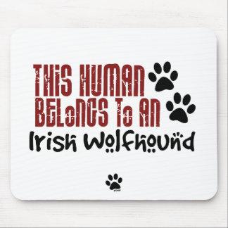 Este ser humano pertenece a un Wolfhound irlandés Alfombrillas De Ratón