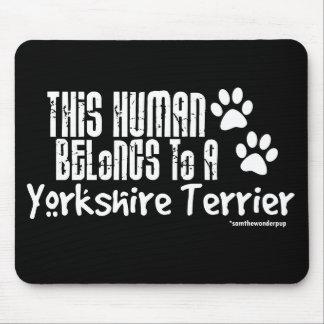 Este ser humano pertenece a un Yorkshire Terrier Alfombrillas De Ratones