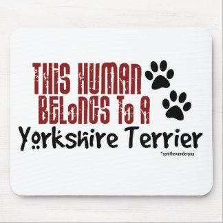 Este ser humano pertenece a un Yorkshire Terrier Alfombrillas De Raton