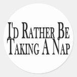 Esté tomando bastante una siesta pegatina redonda