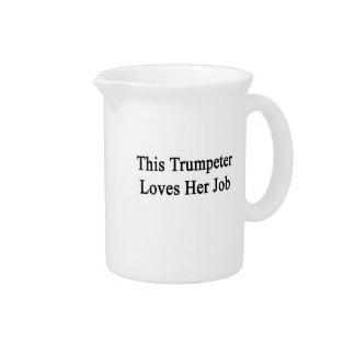 Este trompetista ama su trabajo jarra de beber