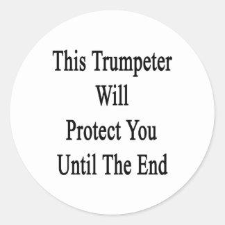 Este trompetista le protegerá hasta el extremo etiqueta redonda