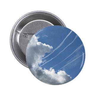 Estelas de vapor de aviones y de nubes en el cielo pin redondo 5 cm
