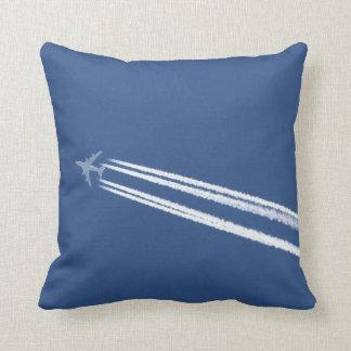 Estelas de vapor del jet en cielo azul cojines