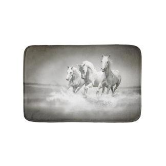 Esteras de baño salvajes de los caballos blancos