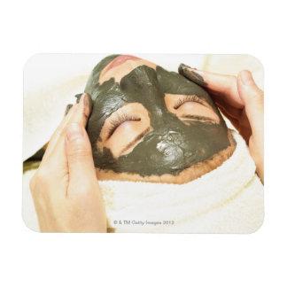 Estético que frota el paquete de fango en la cara imán foto rectangular