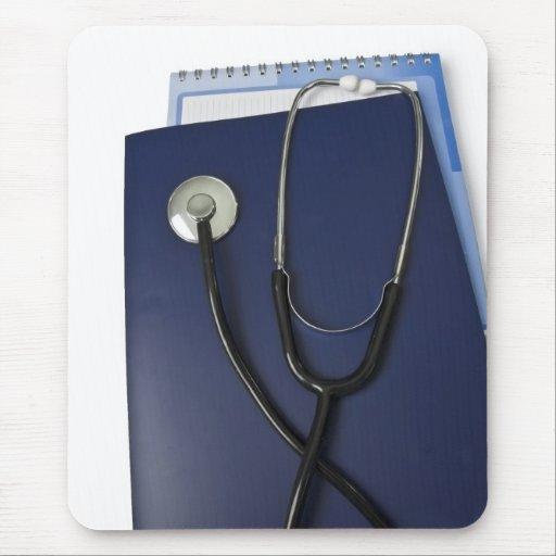 estetoscopio médico en carpeta azul tapetes de raton