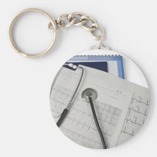 estetoscopio médico en lecturas del cardiograma EK Llavero Redondo Tipo Pin