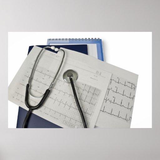 estetoscopio médico en lecturas del cardiograma EK Póster