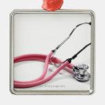 Estetoscopio rosado adorno navideño cuadrado de metal