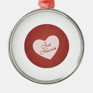 Estilo retro del vintage apenas casado en rojo ant adornos de navidad
