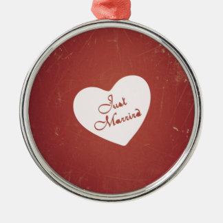 Estilo retro del vintage apenas casado en rojo ant ornamentos de navidad
