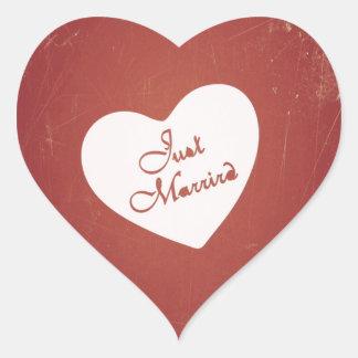 Estilo retro del vintage apenas casado en rojo pegatina corazón