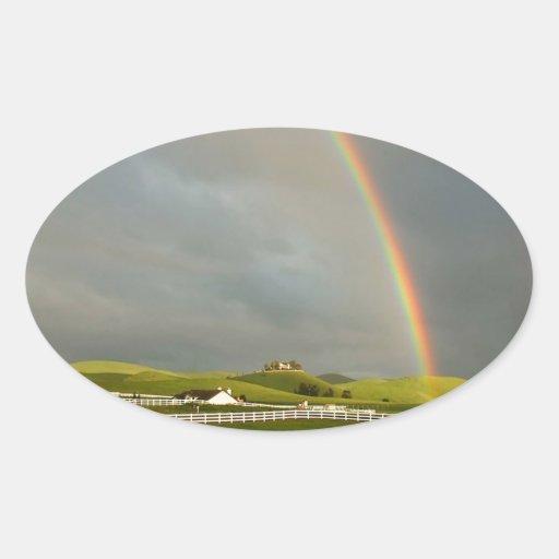Estiramiento de la granja del campo del arco iris pegatina ovalada