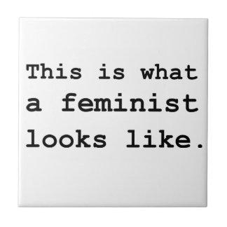 Esto es lo que parece una feminista azulejo cuadrado pequeño