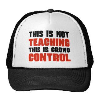 Esto no está enseñando, esto es control de multitu gorras de camionero